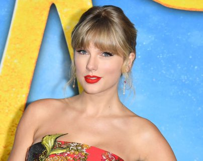 """(FILES) In this file photo taken on December 16, 2019 US singer Taylor Swift arrives for the world premiere of """"Cats"""" at the Alice Tully Hall in New York City. - US pop icon Taylor Swift expressed in a Twitter post on October 7, 2020 her support for Democratic presidential candidate Joe Biden and running mate Kamala Harris saying that she will """"be voting for Joe Biden for president"""". (Photo by ANGELA WEISS / AFP)"""