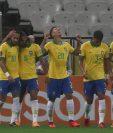 Los jugadores de Brasil celebran una anotación contra Bolivia durante un partido de las Eliminatorias Sudamericanas. (Foto Prensa Libre: AFP).