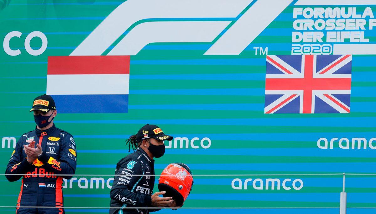 Hamilton recibió el casco de Schumacher de manos de su hijo Mick