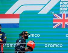 Hamilton, de Mercedes, recibio un casco de Michael Schumacher. (Foto Prensa Libre: AFP)