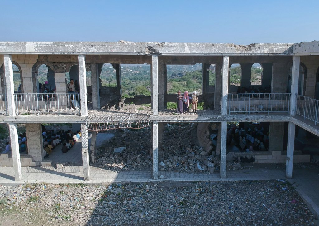 """""""Pedimos ayuda al mundo"""": los niños de Yemen retoman las clases entre los escombros de sus escuelas"""