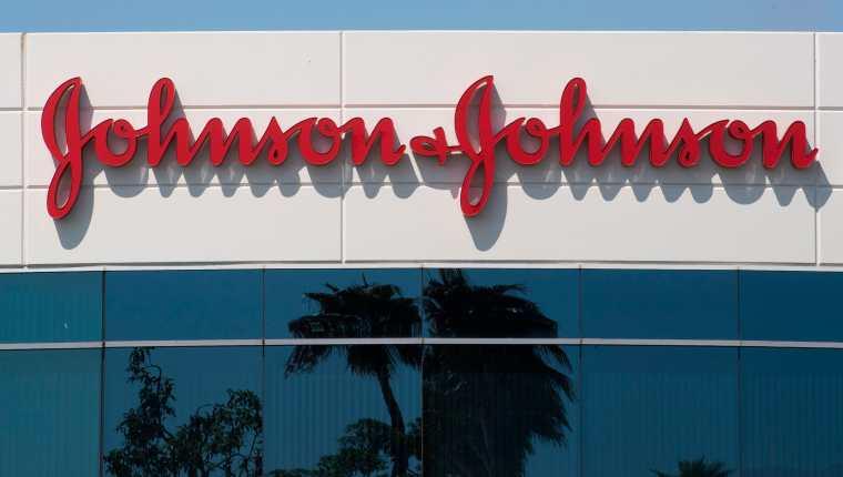 La estadounidense Johnson & Johnson detuvo su prueba clínica de la vacuna contra covid-19. (Foto Prensa Libre: AFP)