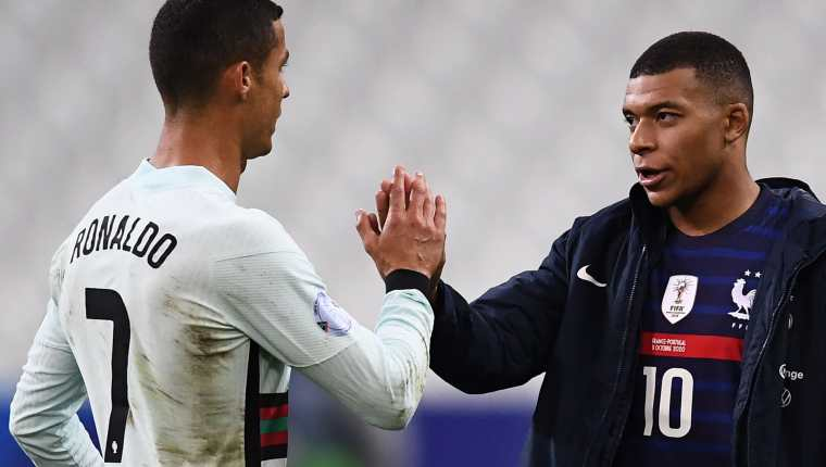 Las estrellas de Portugal, Cristiano Ronaldo y de Francia, Kylian Mbappé, podrían sacudir el mercado de fichajes en las últimas horas. Foto Prensa Libre: AFP.