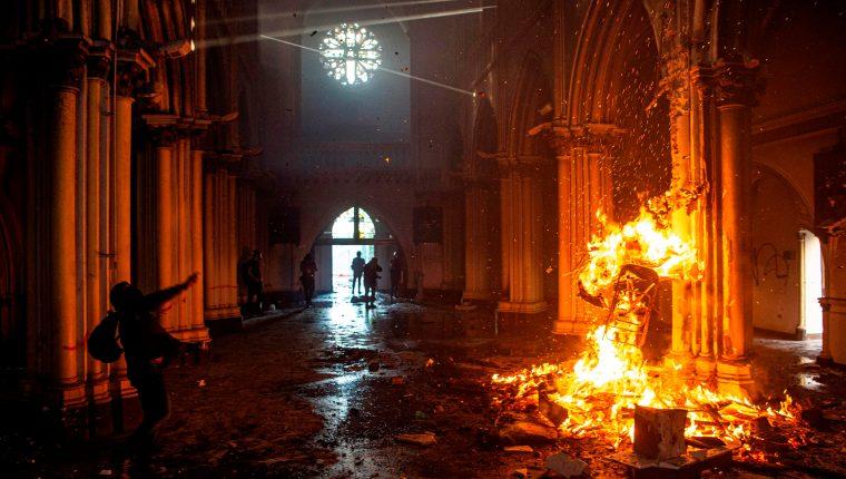 El templo de San Francisco de Borja en llamas. (Foto Prensa Libre: AFP)