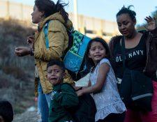 Foto de diciembre de 2018 de familias migrantes detenidas por la Patrulla Fronteriza de Estados Unidos. (Foto Prensa Libre: Hemeroteca PL)