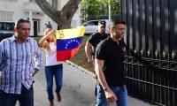 Leopoldo López es seguido por su esposa, Lilian Tintori, saliendo de la embajada de España en Caracas. Foto Prensa Libre: Hemeroteca.