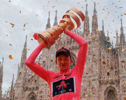 Geoghegan Hart se consagró campeón del Giro de Italia 2020 y levantó el trofeo con el Duomo de Milán de fondo. (Foto Prensa Libre: AFP)