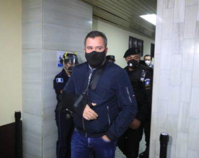 Alejandro Sinibaldi sale del Juzgado Undécimo. (Foto Prensa Libre: Juan Diego González)