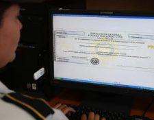 Desde el 14 de octubre los guatemaltecos pueden solicitar los antecedentes policiales en línea. (Foto Prensa Libre: Hemeroteca)