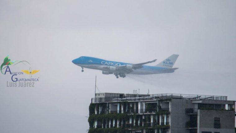 El Boeing 747 de la compañía KLM que todos los jueves llega a Guatemala procedente de Miami, Florida, efectúo una maniobra de aterrizaje frustrado en el Aeropuerto Internacional La Aurora. (Foto Prensa Libre: Cortesía Aviación Guatemalteca)