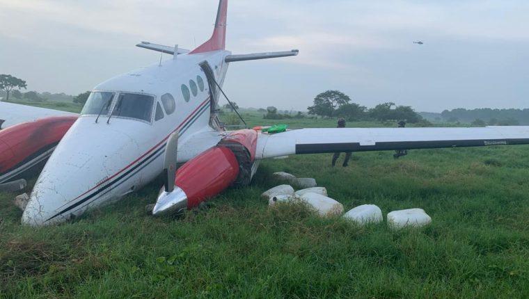 Soldados resguardan una avioneta ilegal hallada en Retalhuleu. (Foto Prensa Libre: Ejército de Guatemala)