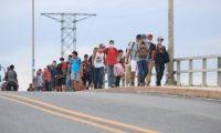 Integrantes de la caravana hondureña a su paso por Río Dulce, Izabal. (Foto Prensa Libre: Carlos Hernández)