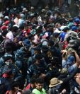 Fuerzas de seguridad tratan de detener la caravana de hondureños que ingresa a Guatemala. (Foto Prensa Libre)