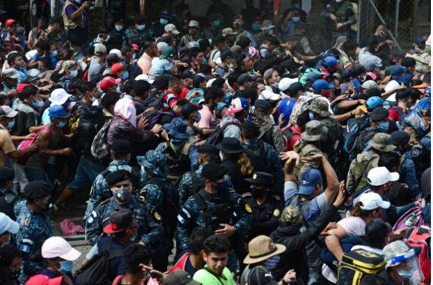 Caravana de hondureños ingresa a territorio guatemalteco sin prueba de covid-19