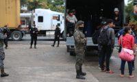 Caravana de migrantes se desplaza Entre Ríos. (Foto Prensa Libre: Carlos Hernández)
