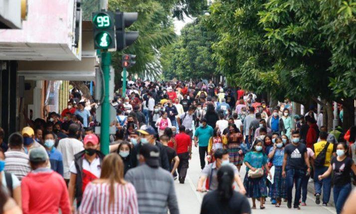 Guatemaltecos salen a las calles luego de que se diera la reapertura de más actividades en medio de la pandemia del covid-19 (Foto Prensa Libre: Fernando Cabrera)