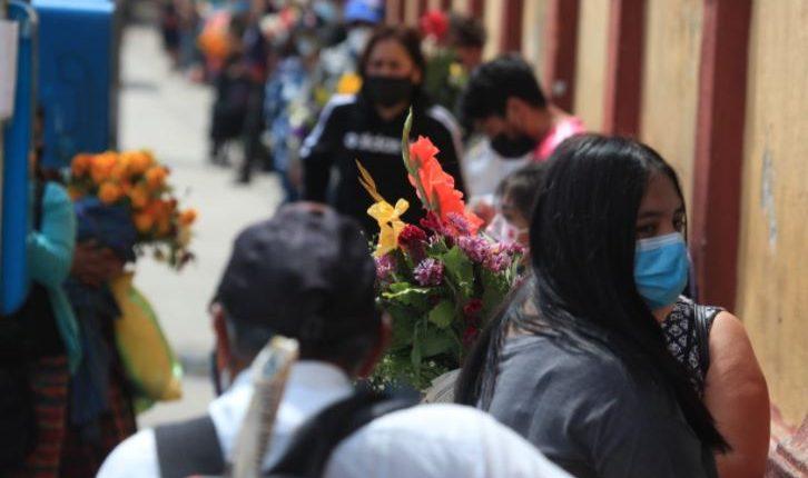 En los cementerio de Guatemala se mantienen medidas de prevención para prevenir contagios de coronavirus. (Foto Prensa Libre: Carlos Hernández)