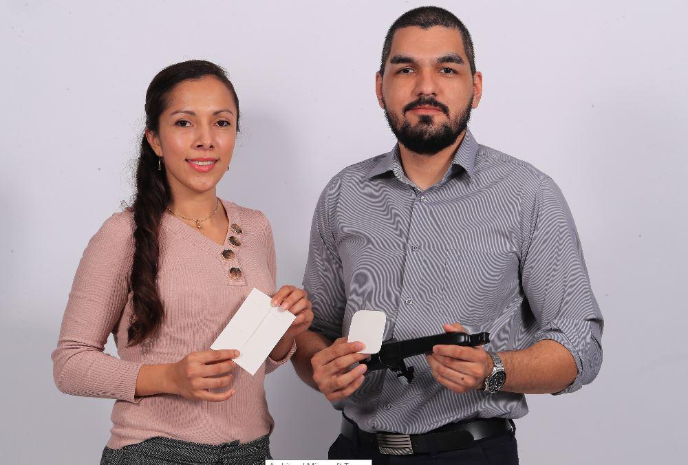 Innovar en pandemia: esposos crean calcomanía con propiedades antibacteriales