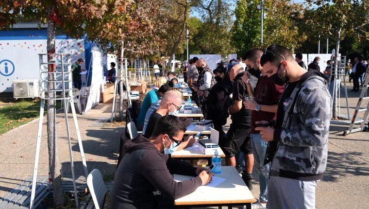 Ciudadanos se someten a pruebas rápidas de coid-19 en Thessaloniki, Grecia. (Foto Prensa Libre: EFE)