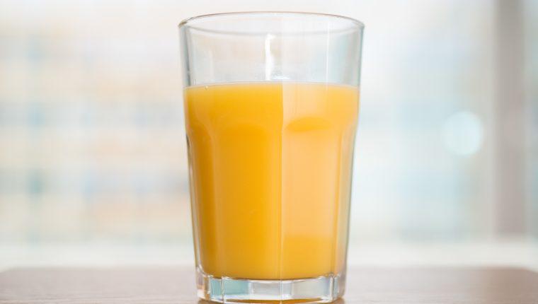 Para cuidar los dientes, es preferible tomar el jugo de naranja del desayuno de a grandes tragos. (Foto Prensa Libre: Andrea Warnecke/dpa).