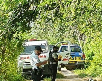 Autoridades resguardan el lugar donde fue localizado el cadáver de un hombre en Sanarate, El Progreso. (Foto Prensa Libre: Bomberos Voluntarios)