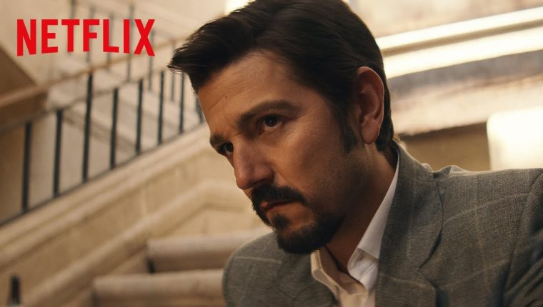Ambientada en los años 90, la temporada tres examina la guerra que estalla después de que se rompa el imperio de Miguel Ángel Félix Gallardo, interpretado por Diego Luna. (Foto Prensa Libre: Netflix)
