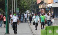 Varias personas se observan paseando en el paseo de la sexta avenida en la zona 1, no se observa el distanciamiento de un metro y medio para evitar el contagio del coronavirus.   Fotograf'a. Erick Avila:               05/05/2020