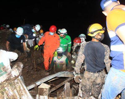 Socorristas remueven escombros en busca de víctimas de un deslizamiento en Nejapa, El Salvador. (Foto Prensa Libre: Protección Civil El Salvador)
