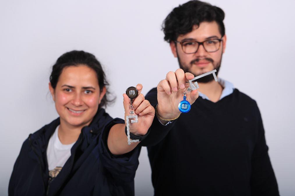 Innovar en pandemia: jóvenes fabrican accesorio para evitar contacto con superficies