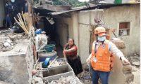 Flora Mendoza muestra los daños en su vivienda en San Marcos La Laguna. (Foto Prensa Libre: Carlos Hernández).