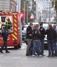 Personal de emergencias y seguridad examinan la escena donde un sacerdote ortodoxo fue atacado en Lyon, Francia. (Foto Prensa Libre: AFP)