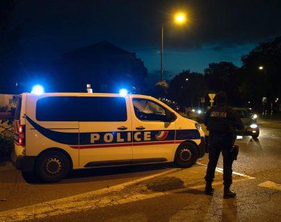 La policía de Conflans-Sainte-Honorine, París, Francia, investiga el ataque contra el profesor de historia que fue decapitado. (Foto Prensa Libre: AFP)