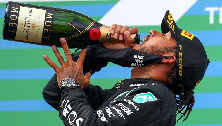 El piloto británico de Fórmula 1 Lewis Hamilton celebra en el podio tras ganar el Gran Premio de Eifel en Nuerburg, Alemania. (Foto Prensa Libre: EFE)