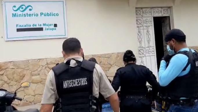 Investigadores resguardan a menor localizada en Jalapa. (Foto Prensa Libre: PNC)