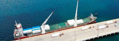 Dos hospitales móviles llegan a Honduras en un barco procedente de Turquía. (Foto Prensa Libre: EFE)
