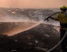 Un bombero combate las llamas del incendio que amenaza a la comunidad de Irvine, en el sur de California, el 26 de octubre de 2020. (Foto Prensa Libre: Voa Noticias)