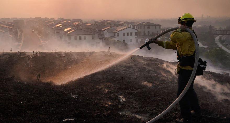 Miles de evacuados por nuevos incendios forestales cerca de Los Ángeles
