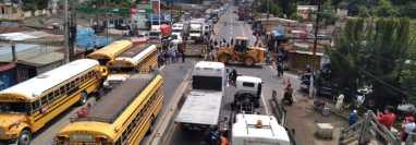 El paso de vehículos en El Tejar, Chimaltenango, es bloqueado por trabajadores de Caminos que se oponen a la iniciativa de ley de infraestructura vial. (Foto Prensa Libre: Víctor Chamalé)
