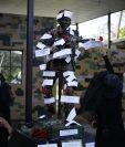Ante la negativa del Ejército de que un juez inspeccionara archivos en la Fuerza Aérea de El Salvador, colectivos protestaron frente a la instalación militar. (Foto Prensa Libre: EFE)