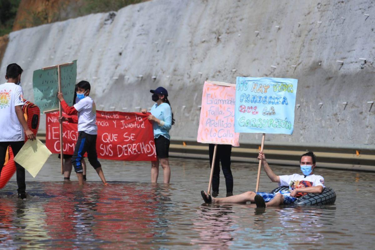 """Jóvenes manifiestan en el Libramiento de Chimaltenango por """"pésimas condiciones"""" de la obra"""