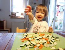 En algún momento comienzan a tomarles el gusto: zucchinis, zanahorias y otras verduras deberían formar gran parte del menú de los niños. (Foto Prensa Libre: Bodo Marks/dpa)
