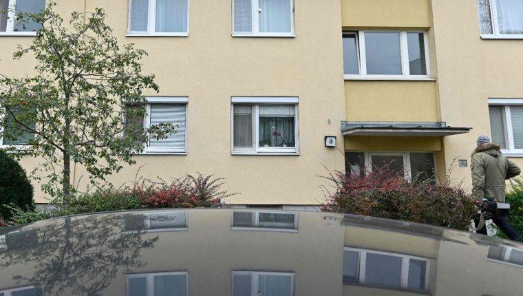 Vista del edificio de Viena donde vivían la madre y las tres niñas que fueron asesinadas. (Foto Prensa Libre: AFP)
