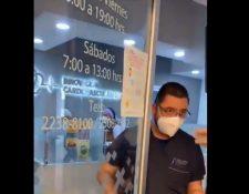 Momento en el que médico Julio Alejandro Arriola es cuestionado respecto de la atención a un paciente. (Foto Prensa Libre: Tomada de @CoronaVirusGT)