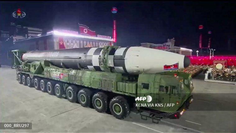 Corea del Norte presentó el nuevo misil durante un desfile militar por el 75 aniversario de fundación del Partido de los Trabajadores. (Foto Prensa Libre: AFP)