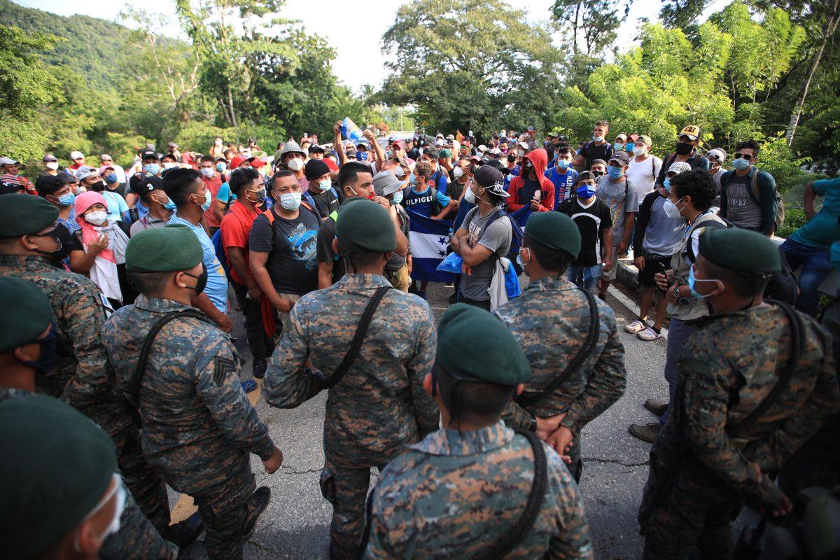 Caravana de hondureños chocará con plan de Migración para ser devueltos a su país