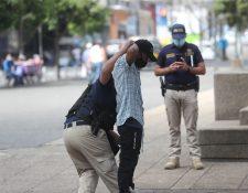 Agentes de la PNC patrullan calles y revisan a personas. Foto Prensa Libre: Érick Ávila.