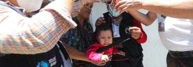 Isabel Lebón y su bebé Abigail de 8 meses presenta problemas de desnutrición, ellos viven en la aldea Patzutzún del municipio de Concepción del departamento de Solola. Los brigadistas del PMA junto a personal de Salud le dan seguimiento desde que encontraron el caso. (Foto Prensa Libre: Erick Ávila)