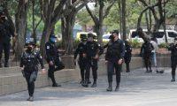 Agentes de la PNC les informa a las personas que andan pasando por el parque Central que no pueden permanecer en el mismo lugar y que tiene que andar caminando para evita el contagio del CORONAVIRUS.  Fotograf'a. Erick Avila:           14/04/2020
