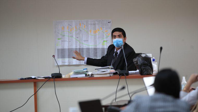 Juez Mynor Moto, durante la resolución de la audiencia de primera declaración de las personas detenidas por el caso Libramiento de Chimaltenango. (Foto Prensa Libre: Hemeroteca PL)