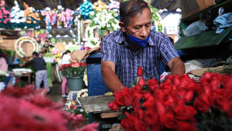 Los comerciantes de flores estiman que no habrá mayores ventas por el cierre de los cementerios. (Foto Prensa Libre: Carlos Hernandez)